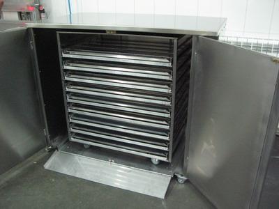 Расстойный шкаф с тележкой и опрокидывателями